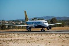 FARO, PORTUGAL - Juny 30, 2017: Salida del avión de los vuelos del monarca del aeropuerto internacional de Faro El monarca es una Imagen de archivo