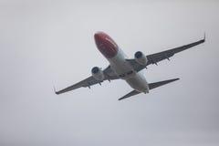 FARO, PORTUGAL - Juny 24, 2017: Salida noruega del avión de los vuelos del aeropuerto internacional de Faro Imagen de archivo libre de regalías