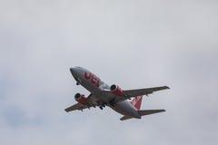 FARO PORTUGALIA, Juny, - 24, 2017: jet2 lotów samolotu odjazd od Faro lotniska międzynarodowego Zdjęcia Royalty Free