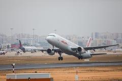 FARO PORTUGALIA, Juny, - 24, 2017: jet2 lotów samolotu odjazd od Faro lotniska międzynarodowego Zdjęcie Stock