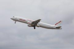 FARO PORTUGALIA, Juny, - 24, 2017: jet2 lotów samolotu odjazd od Faro lotniska międzynarodowego Obraz Stock