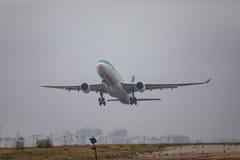 FARO PORTUGALIA, Juny, - 24, 2017: Lota samolotu odjazd od Faro lotniska międzynarodowego Zdjęcia Stock