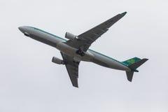 FARO PORTUGALIA, Juny, - 24, 2017: Lota samolotu odjazd od Faro lotniska międzynarodowego Zdjęcie Royalty Free