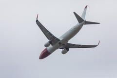 FARO PORTUGALIA, Juny, - 24, 2017: Norweski lota samolotu odjazd od Faro lotniska międzynarodowego Obrazy Stock