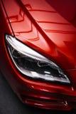 Faro posteriore di un'automobile rossa di lusso moderna, dettaglio automatico, concetto di cura di automobile nel garage immagini stock libere da diritti