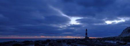 Faro principal con playas en la puesta del sol en la hora azul - panorama cosido procesado con HDR - East Sussex, Reino Unido fotos de archivo