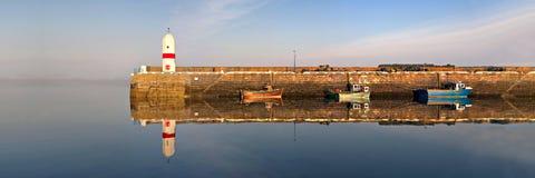 Faro, puerto, barcos con la reflexión del mar Imagen de archivo libre de regalías