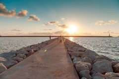 Faro Puesta del sol stroll fotografía de archivo libre de regalías