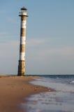 Faro que cae abandonado en la playa de la isla de Saaremaa, Es Imagen de archivo libre de regalías