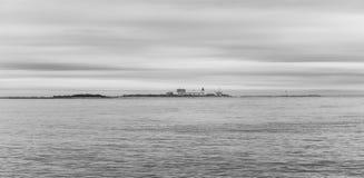 Faro que hace frente a los mares tempestuosos durante una tarde de la caída en Maine imágenes de archivo libres de regalías