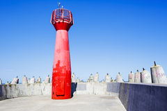Faro rojo de la navegación en Kolobrzeg en Polonia Imagen de archivo
