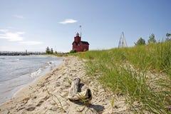 Faro rojo grande en el lago Michigan Fotos de archivo libres de regalías