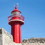 Faro rojo viejo en Figueira da Foz, Portugal Imagenes de archivo