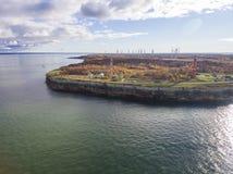Faro rojo viejo en Paldiski, Estonia que permanece en una costa de Fotografía de archivo