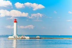 Faro rojo y blanco de Odessa en día de verano soleado brillante Imagen de archivo
