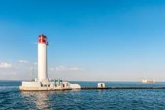 Faro rosso e bianco di Odessa nel giorno di estate soleggiato luminoso Immagini Stock Libere da Diritti