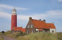 Faro rosso, piccole case su Texel Fotografia Stock Libera da Diritti
