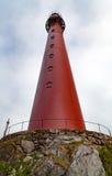 Faro rosso su una collina di pietra Immagini Stock