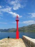 Faro rosso sul lungomare - Croazia Fotografie Stock