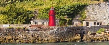 Faro rosso sulla costa Fotografie Stock Libere da Diritti