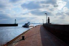 Faro sobre el cielo azul en Bremerhaven foto de archivo