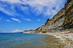 Faro solo d'avanguardia sulle rocce Fotografia Stock