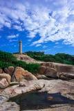 Faro sotto cielo blu e la nuvola Fotografie Stock