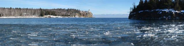 Faro spaccato della roccia sul superiore di lago Fotografia Stock
