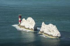Faro su un mare blu con le scogliere Immagini Stock Libere da Diritti