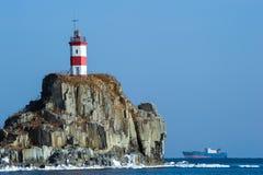 Faro su una scogliera dal mare Mare orientale (del Giappone) Fotografie Stock Libere da Diritti