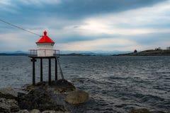 Faro sul fiordo in Norvegia fotografie stock libere da diritti