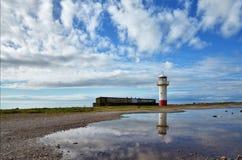 Faro sul litorale a Millom, Cumbria. immagine stock