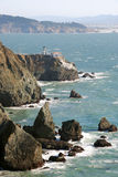 Faro sul litorale roccioso Immagine Stock Libera da Diritti