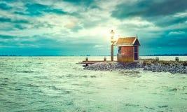 Faro sul mare della riva con la lanterna di illuminazione Immagine Stock Libera da Diritti