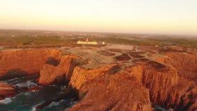 Faro sulla bella scogliera al tramonto nel Portogallo video d archivio
