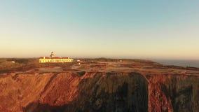 Faro sulla bella scogliera al tramonto nel Portogallo stock footage
