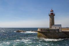 Faro sulla costa dell'Oceano Atlantico a Oporto, Portogallo Fotografie Stock Libere da Diritti