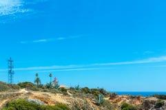 Faro sulla costa rocciosa atlantica & su x28; Algarve, Portugal& x29; Fotografia Stock Libera da Diritti