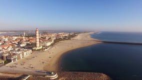 Faro sulla Praia Velha, Barra, vista aerea della spiaggia di Aveiro, Portogallo video d archivio
