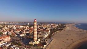 Faro sulla Praia Velha, Barra, vista aerea della spiaggia di Aveiro, Portogallo archivi video