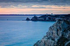 Faro sulla scogliera rocciosa Fotografia Stock Libera da Diritti