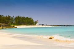 Faro sulla spiaggia dell'isola di paradiso, Bahamas Fotografia Stock