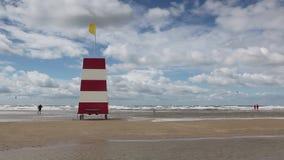 Faro sulla spiaggia stupefacente di Lakolk dopo pioggia persistente archivi video