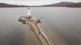Faro sulla vista della costa di mare dal fuco di volo Segnale aereo del mare del paesaggio archivi video