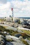 Faro sulle rocce Fotografie Stock Libere da Diritti