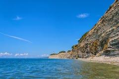 Faro sulle rocce dal mare nel giorno di estate soleggiato Immagine Stock Libera da Diritti