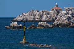 Faro sulle rocce, mare adriatico, Croatia Fotografia Stock