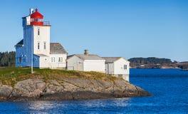 Faro, torre blanca con el top rojo noruega imagenes de archivo