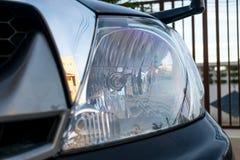Faro una luce potente alla parte anteriore di un autoveicolo Fotografia Stock Libera da Diritti
