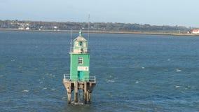 Faro verde de la torre de la boya en el puerto de Dublín metrajes